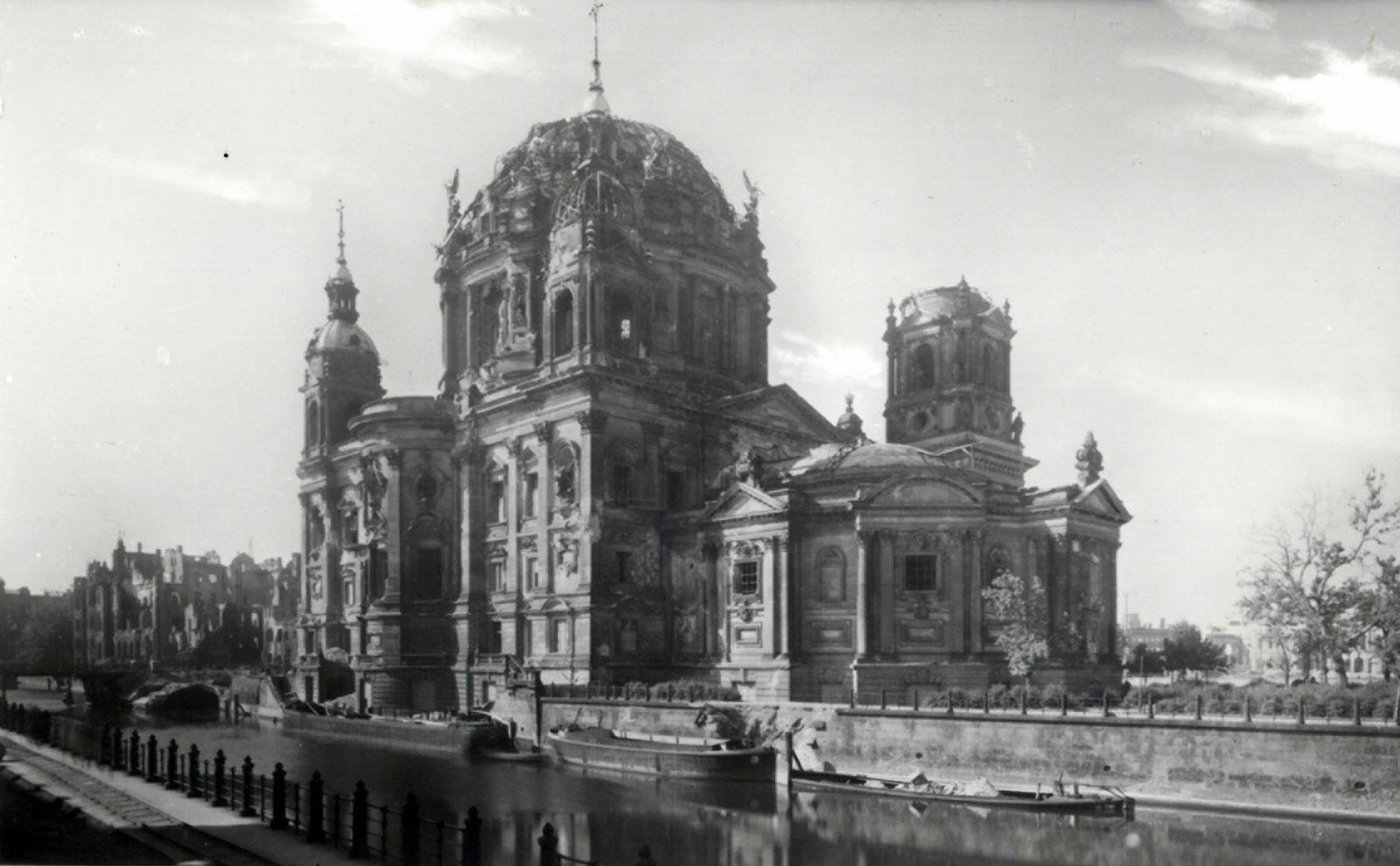 Abb. 16: Nordostansicht Berliner Dom um 1947, Registratur Dombaubüro